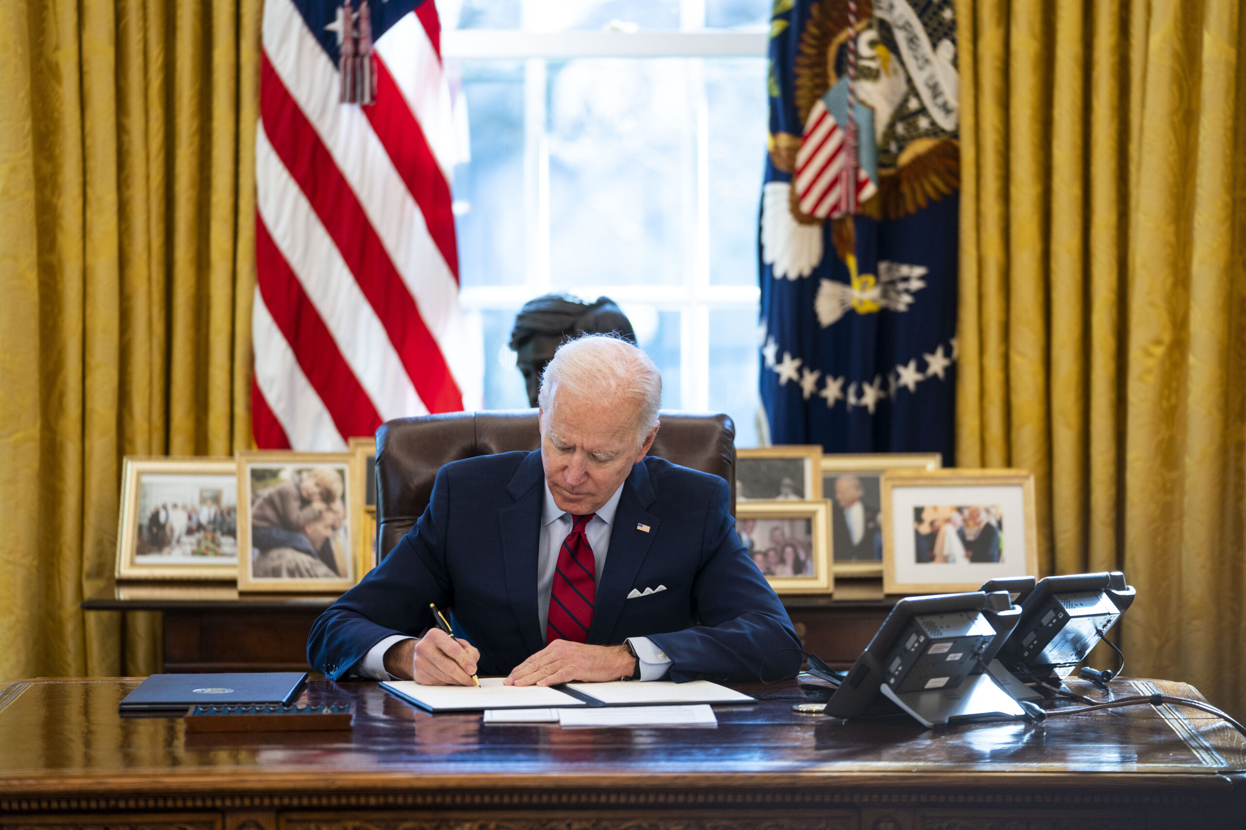 Biden faces down GOP governors on mask mandates at school